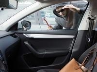 Radíme: Čo robiť, ak vám na dovolenke ukradnú alebo vykradnú auto
