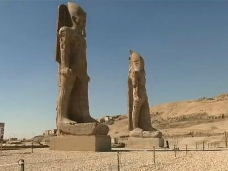 Novo vykopané sochy Amenhotepa