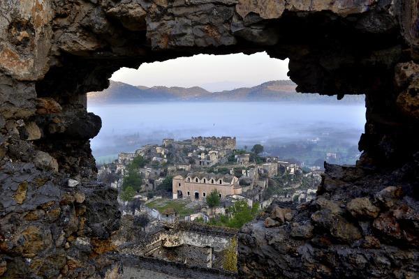 Fotografie z krajín celého sveta – architektonické a historické pamiatky, romantické scenérie, zábavné turistické atrakcie a prírodné úkazy.