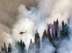 Vrtuľník nad požiarom v Kalifornii