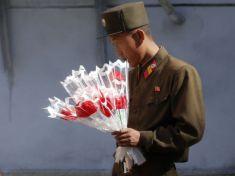 Severokórejský vojak s kvetmi
