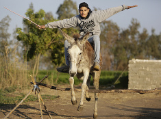 Chlapec sa v Egypte zabáva na skákajúcom oslovi