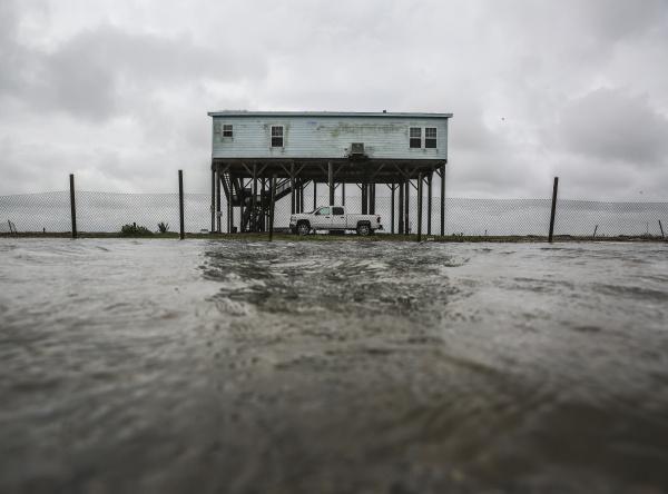Dom pri zaplavenej diaľnici