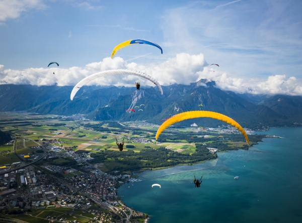 Paraglajdisti nad Ženevským jazerom