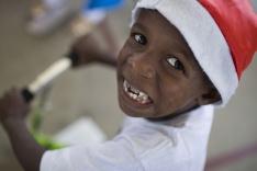 Chlapček s vianočnou čiapkou