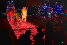 V losangeleskej ZOO sa rozsvietili vianočné svetlá.