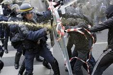 Zásah polície proti protestujúcim v Paríži