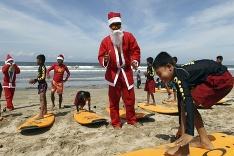 Santa Claus ako inštruktor surfovania