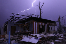 Unikátny záber počas ničivých búrok a tornád v USA