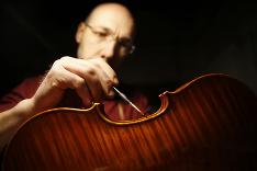 Marco Brunelli, 43-ročný Talian, sa už roky živí vyrábaním huslí.