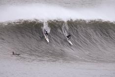 Surfisti si nepriaznivé počasie v Austrálii užívajú