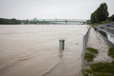 Hladina Dunaja stúpa.