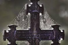 Pavučina vytvorená na kríži na dánskom cintoríne