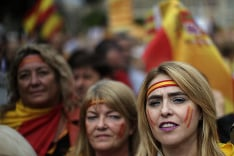 Ľudia oslavujú štátny deň Španielska.