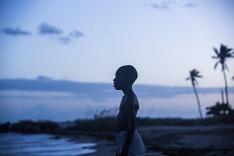 Chlapec pri západe slnka