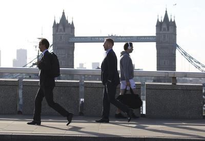 Život v Londýne sa vracia do normálu. Bezpečnosť je však naďalej posilnená.