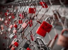 Zámky na moste majú zaľúbencov priniesť večnú lásku