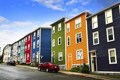 Farebné domčeky skrášľujú pobrežie