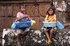 Kambodžské deti predávajú suveníry v Angkor Wate