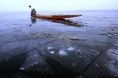 Rybolov na zamrznutom jazere v indickom Kašmíre