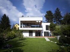 Ako architekti vyriešili osadenie rodinného domu do strmého svahu v Bratislave