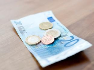 Zvýšenie minimálnej mzdy zamestnancom nepomôže: Zarobí na tom hlavne štát