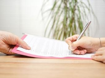 Chcete skončiť v práci dohodou? Na takéto odstupné máte nárok