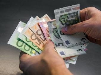 Priemerná mzda 1 033 eur: V ktorom odvetví takto stúpli platy?