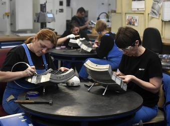 Práca na Slovensku je, nemá ju však kto robiť: V Púchove nevedia nájsť zamestnancov