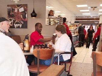 Tento čašník robí v práci aj to, čo nemusí: Pozrite sa, ako pomáha zákazníčke so zákernou chorobou