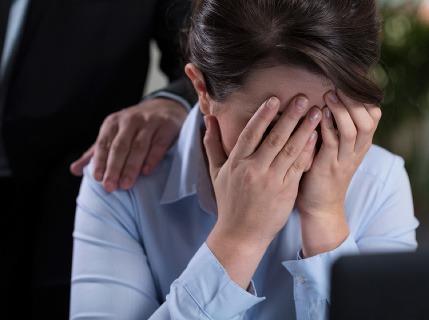 Mobing v práci: Nestaňte