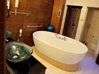Moderná kúpeľňa so skleneným