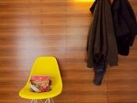 Chodbové zátišie so stoličkou