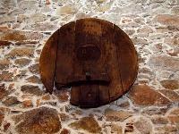 Čelo dubového suda sa