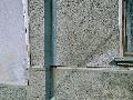 Detail fasády poškodenej vlhkosťou