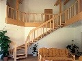 Drevené schodisko vyúsťuje na