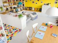 Svetlá podlaha, ktorá obývacej