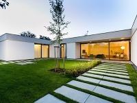 Jednopodlažný rodinný dom v tvare U, v ktorom nie je nič zbytočné