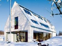 Jednoduchý rodinný dom so sedlovou strechou citlivo zapadá do okolitej zástavby