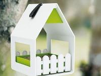 Kŕmidlo pre vtáčikov sa môže stať aj vkusným doplnkom záhrady, terasy či balkóna