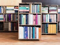 Ako sa dá bývať v malom byte a zároveň sa obklopiť množstvom kníh?