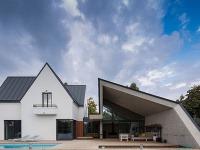 Pri rekonštrukcii svojho domu nechali vyniknúť šikmú strechu. Inšpirovali sa origami