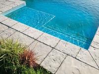 Aký povrch si vybrať na spevnenú plochu okolo bazéna?