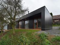 Jednoduchá čierna prístavba úplne zmenila charakter rodinného domu