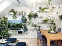 Umiernený interiér podkrovného bytu majiteľka oživila originálnymi nápadmi, rastlinami a obrazmi