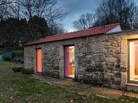 Moderný pastelový interiér by ste za stenami kamenného domu nečakali