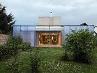 Nezvyčajný moderný  dom v Bernolákove je iný ako ostatné, ale neruší