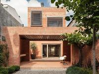 Tehlový dom na dlhom a úzkom pozemku získal hlavnú cenu v súťaži Brick Award 2016