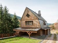 Chata inšpirovaná tradičnou architektúrou v harmónii s pozadím krásnych hôr