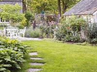 Spevnené plochy vytvoria s vhodnou zeleňou okolo domu perfektné spojenie. Ako na to?